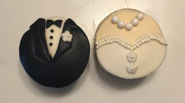 Bride and groom cupcakes 1